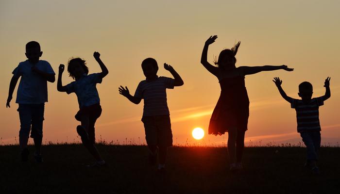 taniec wesołych dzieci