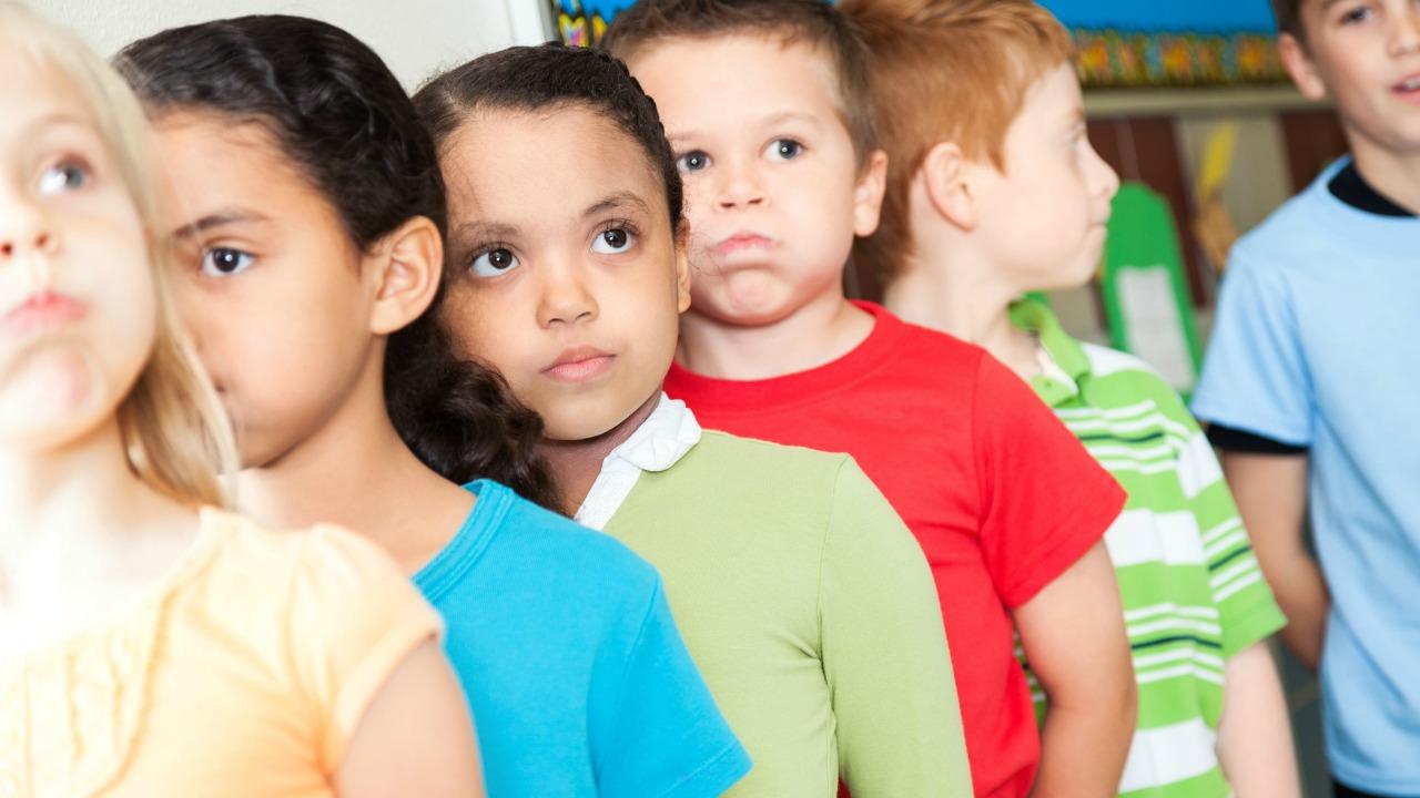 dzieci w wieku szkolnym w kolejce