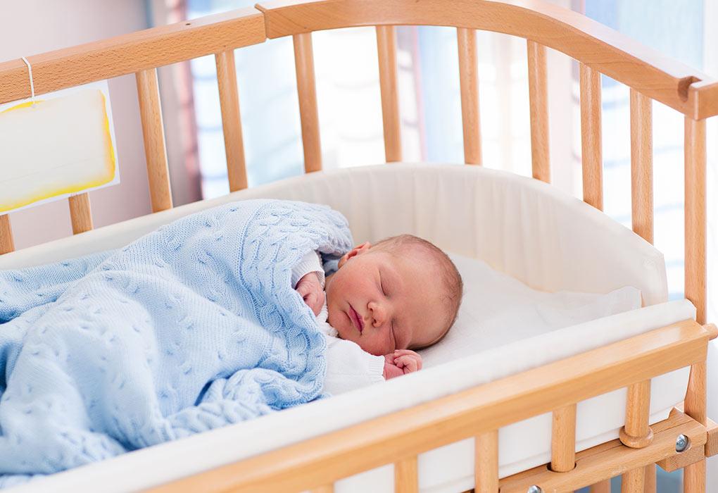 Dziecko śpiące w łóżeczku