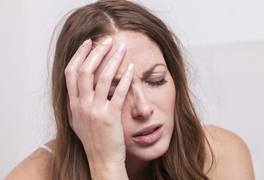 Kobieta doświadczająca skutków ubocznych środków antykoncepcyjnych