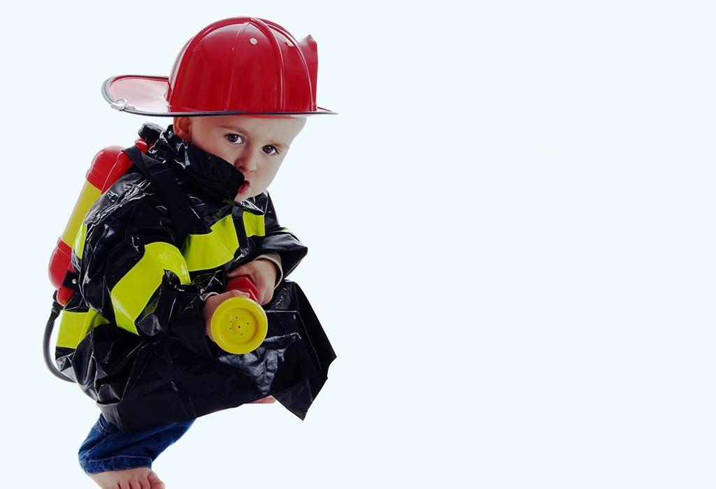 Maluch w stroju strażaka