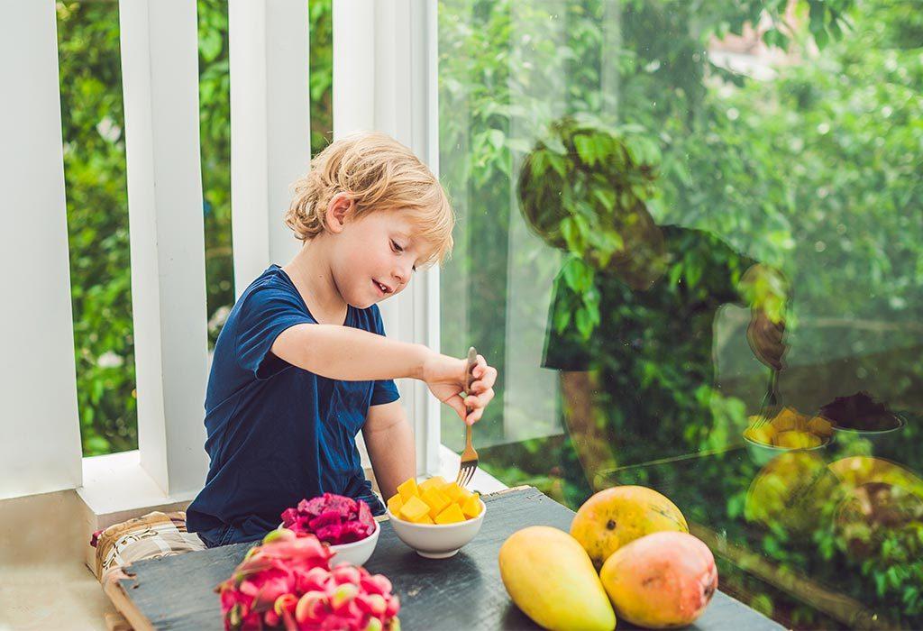 Dziecko jedzące mango