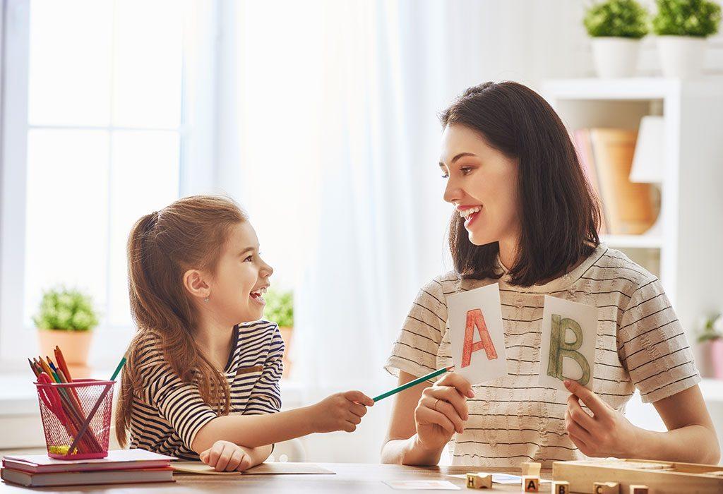 Dziewczyna identyfikująca alfabet