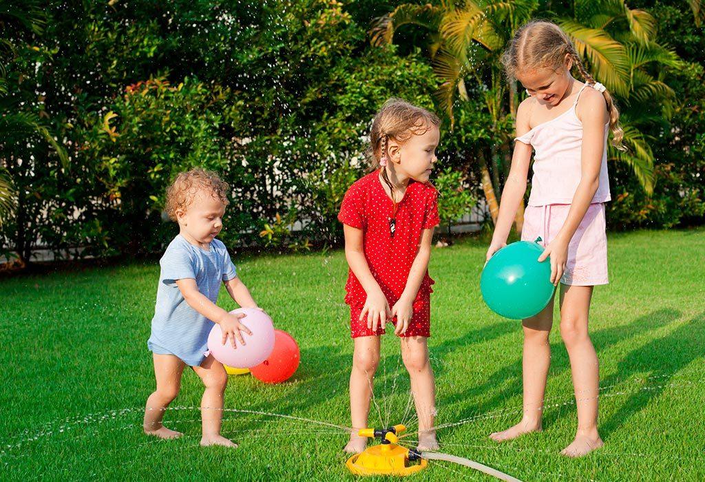 Dzieci bawiące się balonem z wodą