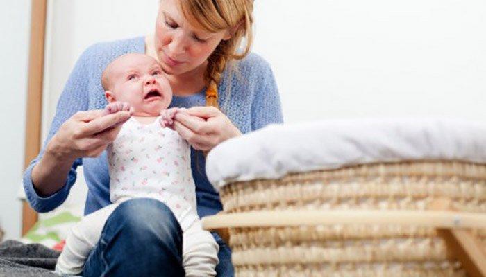 """""""Neomamma"""" to moje słowo określające nową mamę.  Opisuje bycie pierwszym, nieświadomym nowym rodzicem, który nie wie, co robi, nie ma jeszcze instynktu macierzyńskiego (ale uważa, że powinien), nadal krwawi z jej dolnych regionów i nosi ubrania ciążowe.  Aha, czy zapomniałem wspomnieć, że ta nowa mama jest trochę zmęczona?"""