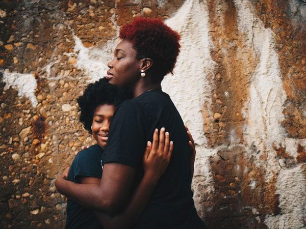 Mama przytulająca córkę