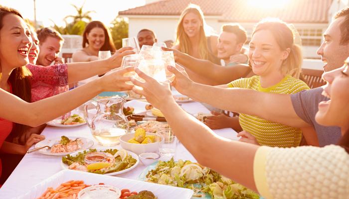 młodzi ludzie jedzą obiad