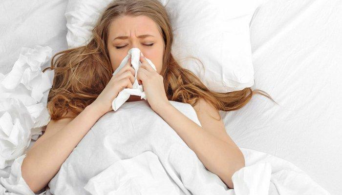 chora kobieta w łóżku