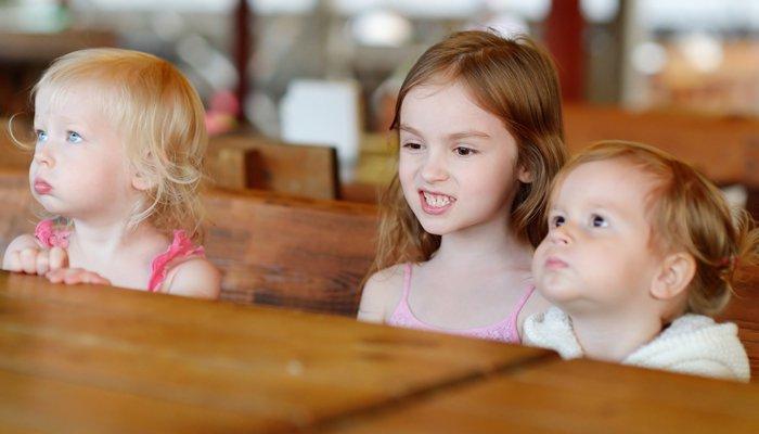 trzy małe dziewczynki