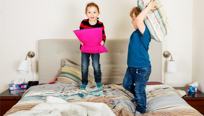 Dzieci skoki na łóżku