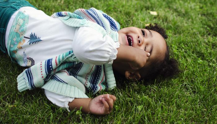 maluch w trawie