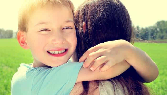 przytulanie syna
