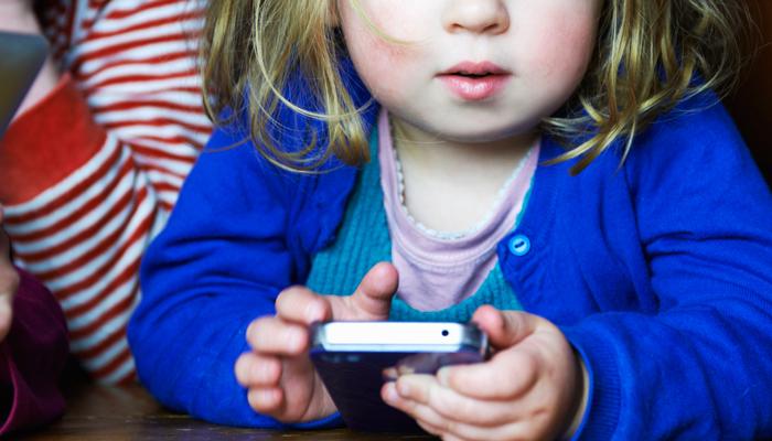 dzieci bawiące się przez telefon