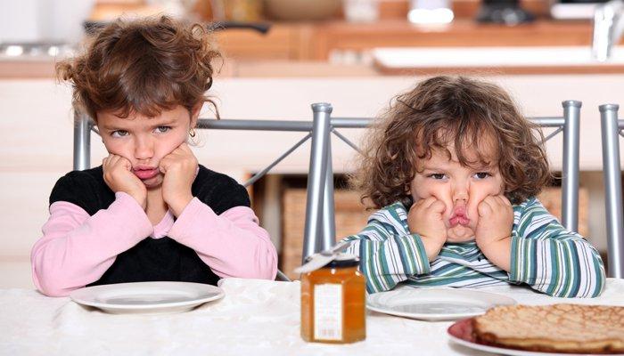dzieciaki przy stole