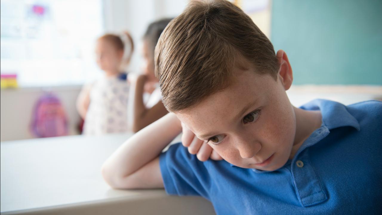 smutny chłopak w szkole
