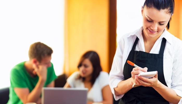 kelnerka przyjmująca zamówienia