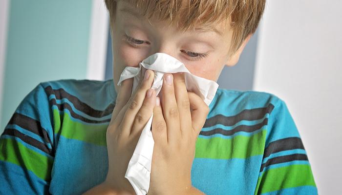Kid dmuchający nos