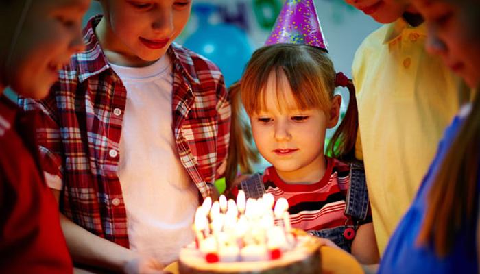 dziewczyna-z-tortem-urodzinowym