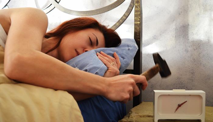 budzik-kobieta-młotek