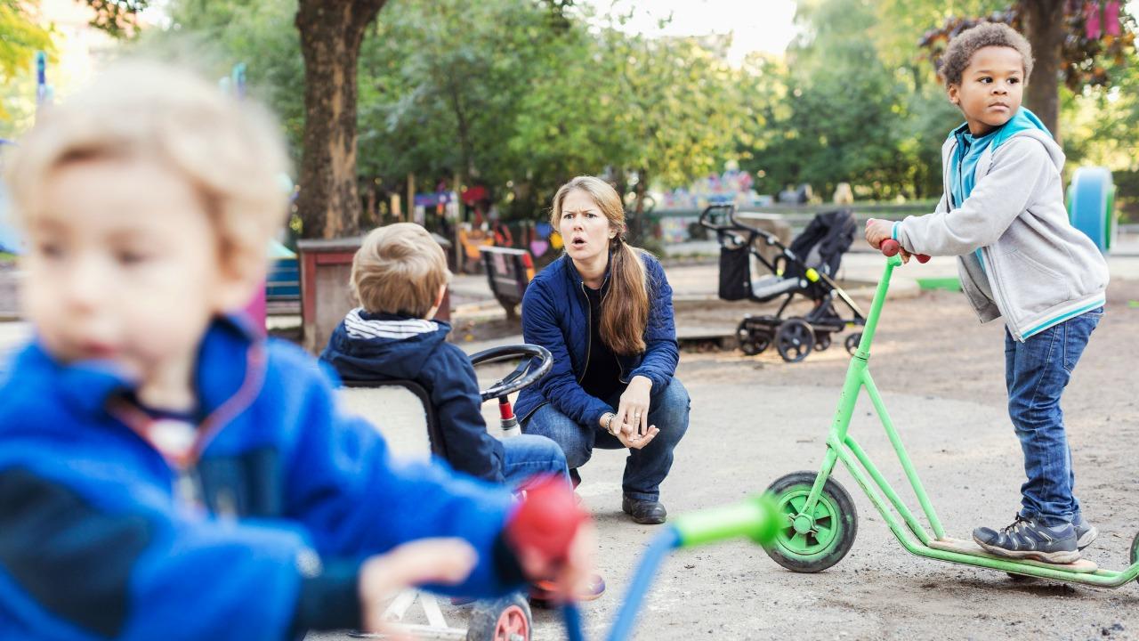 kobieta zbeształ dziecko na placu zabaw