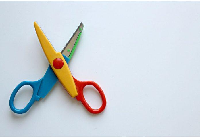 Nauczanie przedszkolaków, jak używać nożyczek