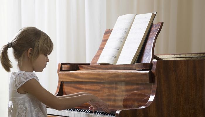 Nakłaniam moje dzieci do lekcji gry na pianinie i lekcji hiszpańskiego