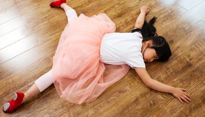 dziewczynka śpi na podłodze