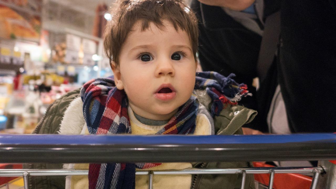 Nie umieszczaj swojego fotelika samochodowego na wózku na zakupy - i zapnij pasy również swojego malucha