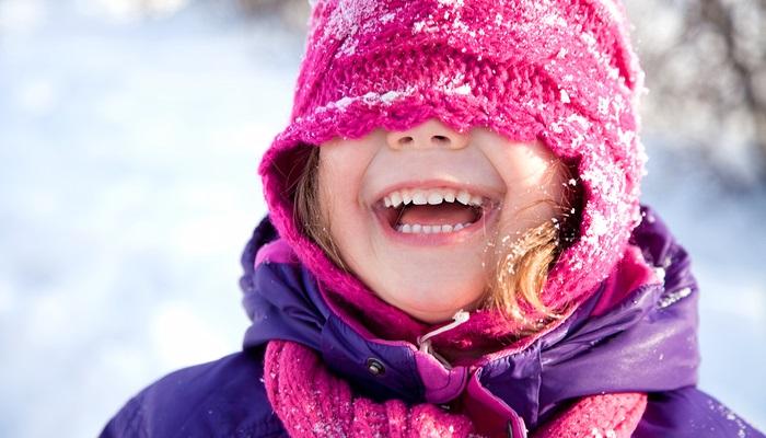 Szczęśliwa dziewczyna w śniegu