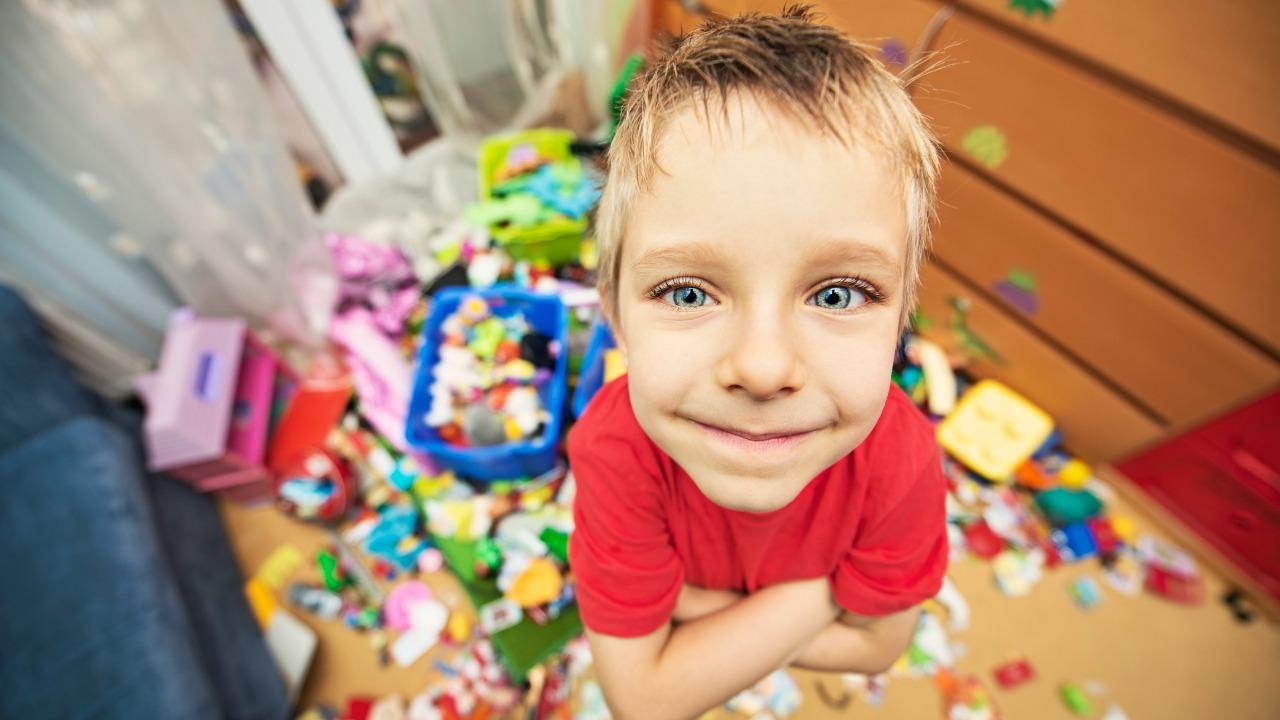 mały chłopiec otoczony zabawkami