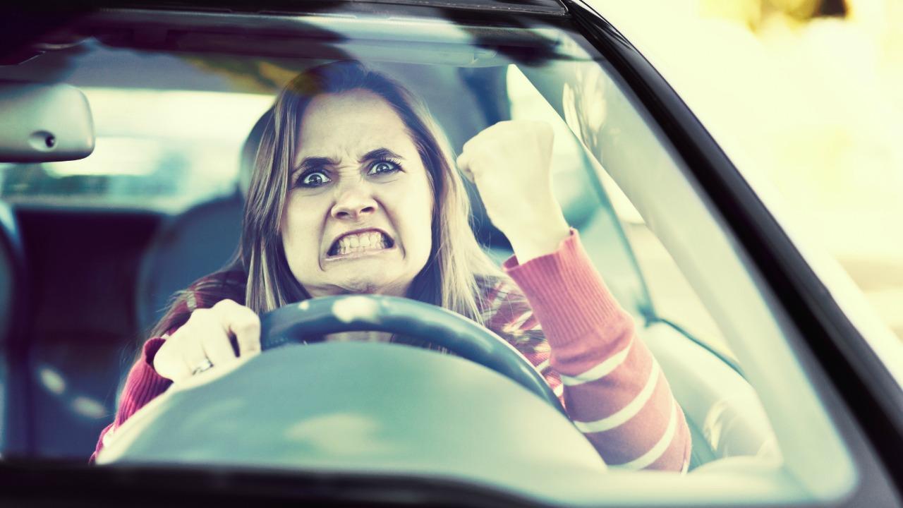 Zła kobieta w samochodzie