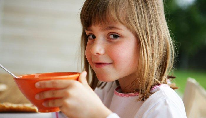 dziewczyna-jedzenie-płatki
