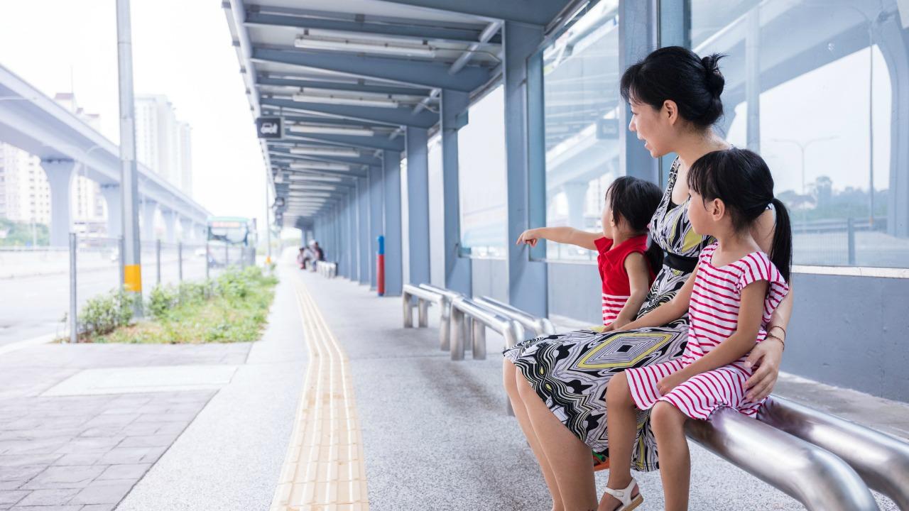 mama i dziewczynki przystanek autobusowy