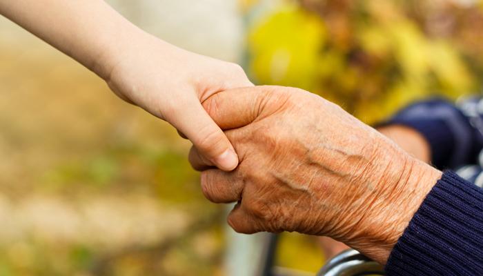 trzymając się za rękę staruszka