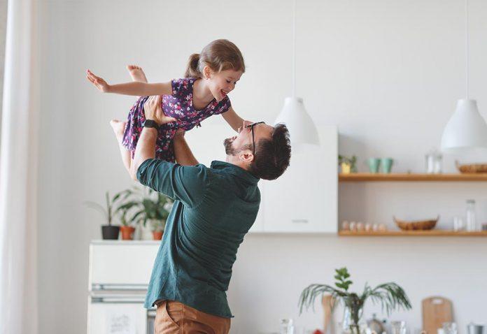 Zrozumienie, w jaki sposób ojciec odgrywa doskonałą rolę w rozwoju dziecka